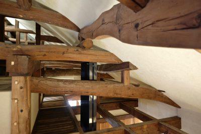 小屋組内観:階下にダイニングの梁を見る